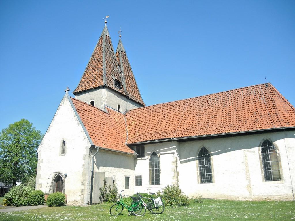 Die Hälfte des Weges markiert die Kirche in Lehre. Hier tanken wir Kraft für die Weiterfahrt. Foto: BSM