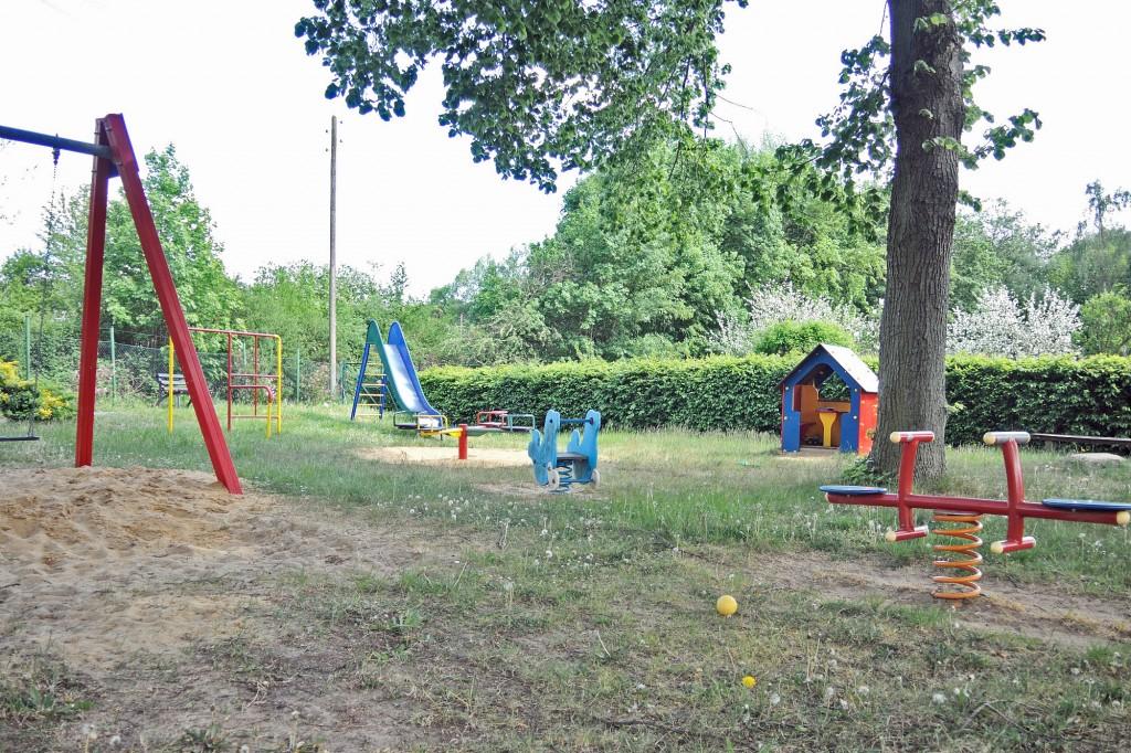 Noch herrscht Mittagsruhe, da ist es auf dem Spielplatz ruhig. Als ich später wieder am Spielplatz vorbeifahre spielen hier Kinder von zwei bis zehn Jahren zusammen. Foto: BSM