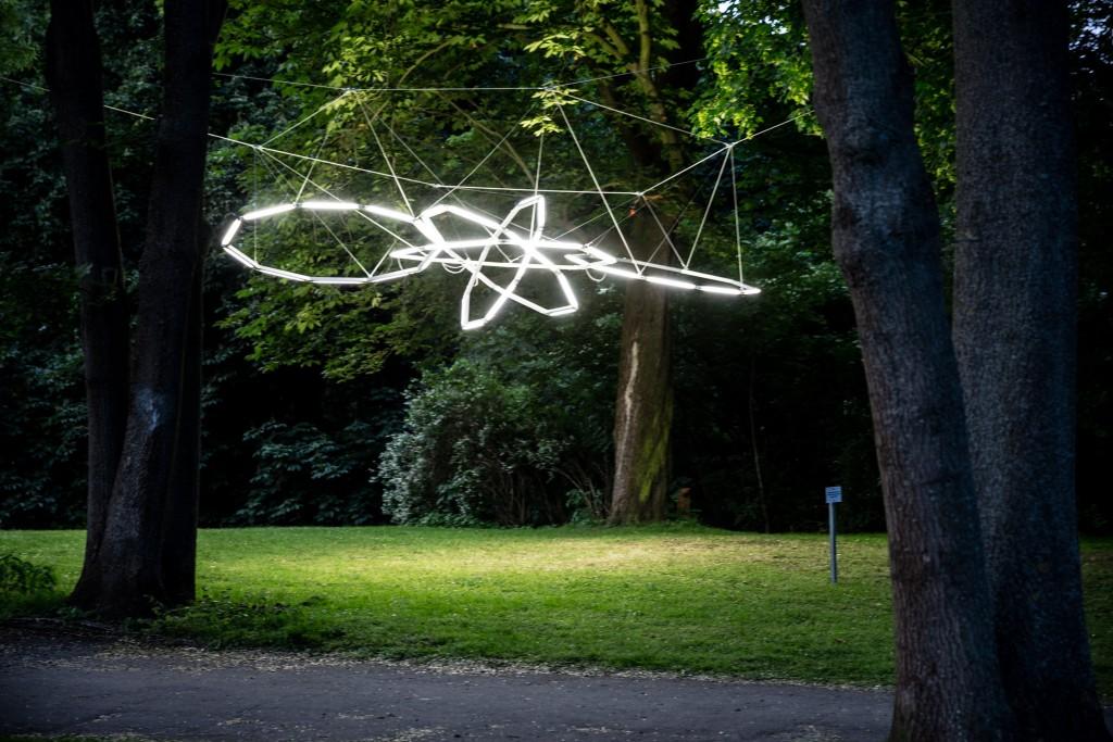 Zwischen den Bäumen hängen Umlaufbahnen verschiedener Planeten. Foto: BSM/Marek Kurszewski