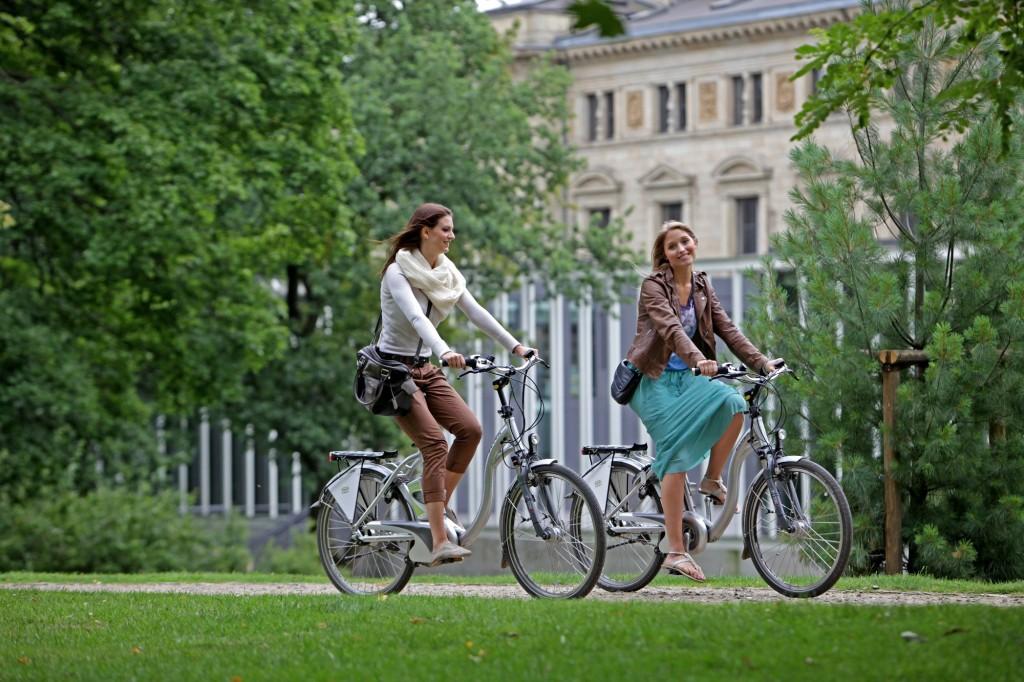 Mit dem Rad die Stadt erkunden. Foto: BSM/Sascha Gramann