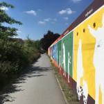 Farbenfrohe Garagenbemalung zu Beginn des Weges. Foto: BSM