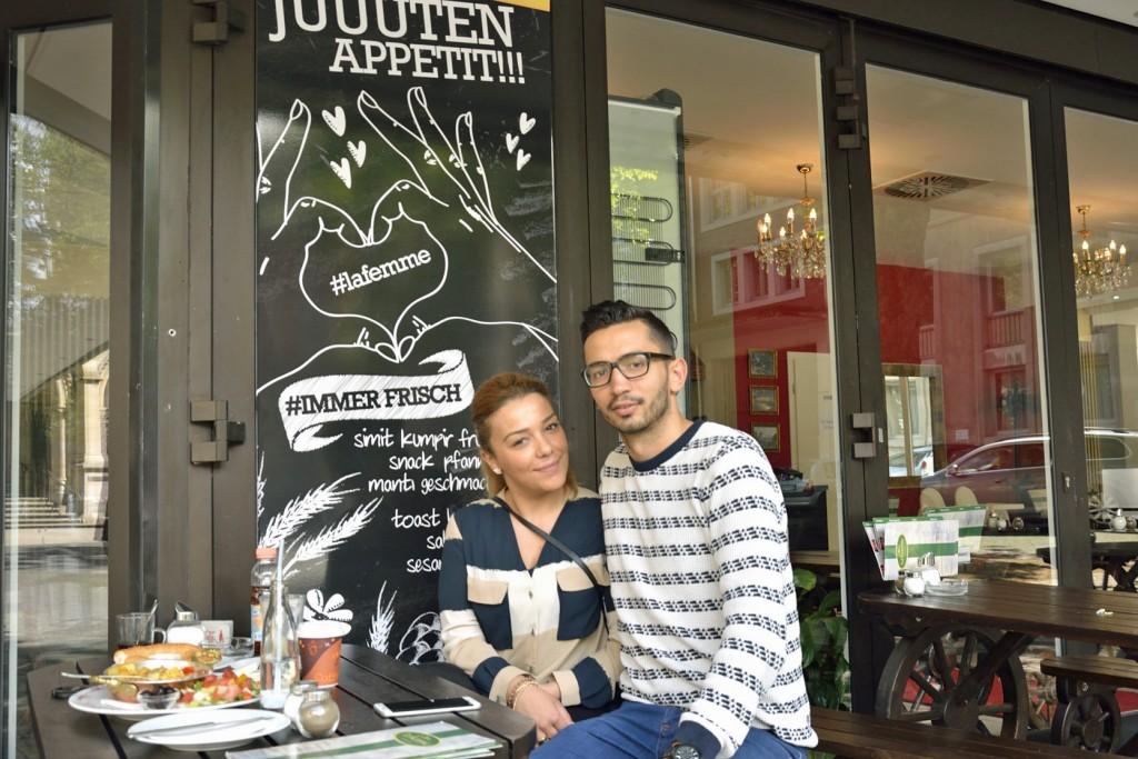 Nevra Özcan und Muharrem Akis vor ihrem Restaurant in Braunschweig. Foto: BSM
