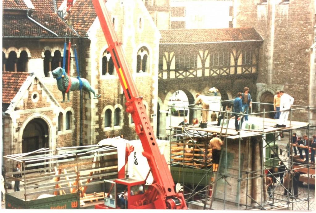 1980: Die Kopie kommt am Burgplatz an und wird auf den Sockel gesetzt. Foto: Stadtarchiv Braunschweig