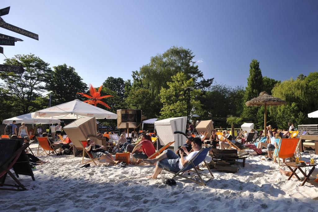 Genug gepaddelt? Die Okercabana lädt mit Sandstrand Liegestühlen und kühlen Getränken zur Verschnaufpause vom aufregenden Stand-Up Paddling ein. Foto: BSM / Daniel Möller