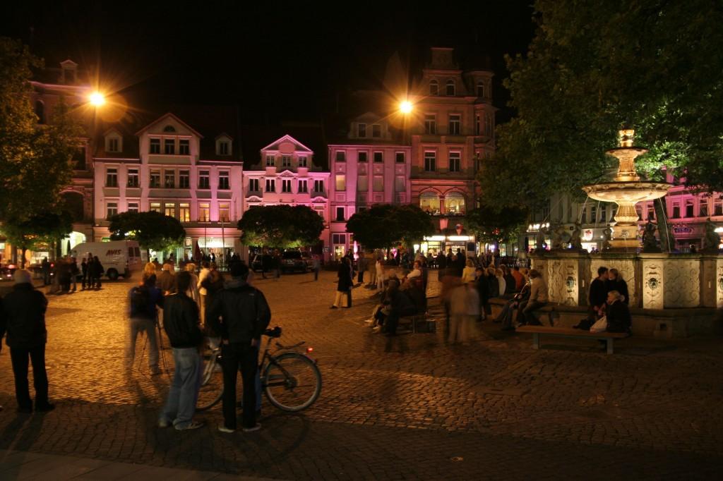 Scheinwerfer erleuchten die Fassaden am Kohlmarkt. Foto: Braunschweig Stadtmarketing GmbH / Andreas Bormann