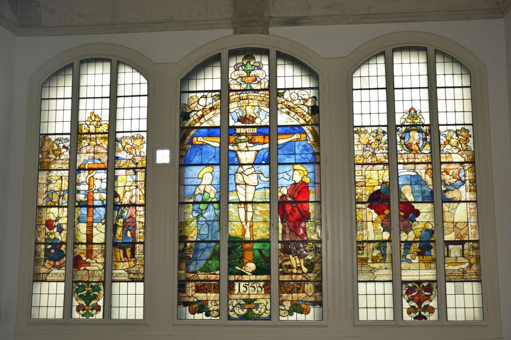 Kunstvoll und aufwändig gearbeitet: Das Kirchenfenster aus St. Katharinen. Foto: BSM