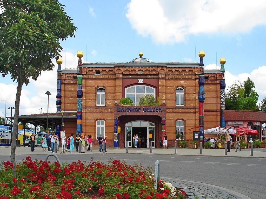 Schon beim Ankommen Kunst erleben: Das geht im Hundertwasser Bahnhof in Uelzen. Foto: Stadt Uelzen