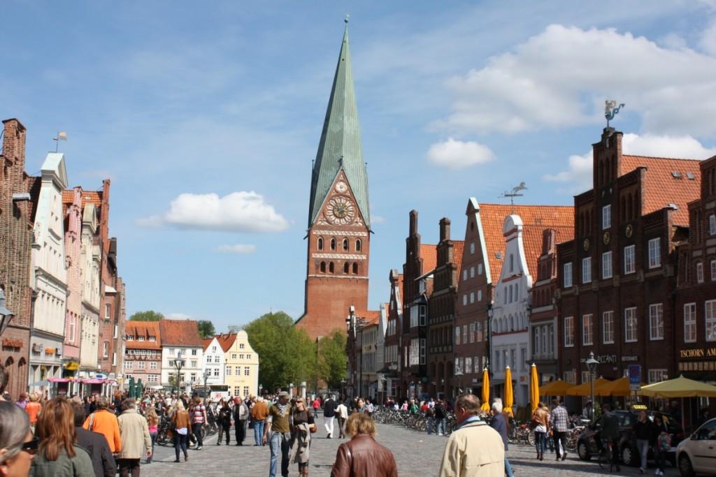 Mitten in der Innenstadt liegt der Platz am Sande, von wo man einen schönen Blick auf die St. Johanniskirche hat. Foto: Lüneburg Marketing GmbH