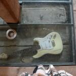 Ein Blick auf den Boden lohnt sich: Neben der E-Gitarre ist auch eine Akustikgitarre von John Lennon im Boden ausgestellt.