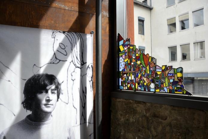 Portrait und Kunst am Fenster von John Lennon.