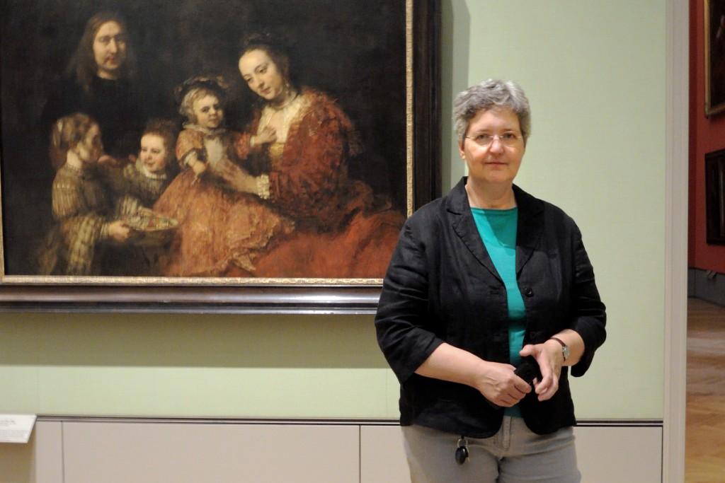Die Leiterin der Gemäldegalerie Silke Gatenbröcker vor ihrem Lieblingsbild Familienbild von Rembrandt.