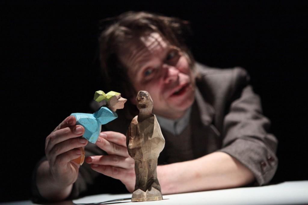 Mit kleinen Holzfiguren spielen die Thalia Kompagnons Kafkas Schloss nach. Foto: Veranstalter