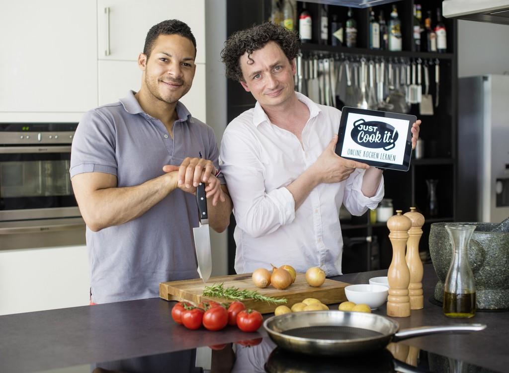 Alexander Fasanya und Sebastian Schollmeyer wollen den Menschen das Kochen beibringen - mithilfe eines Online-Kochkurses. Foto: BSM