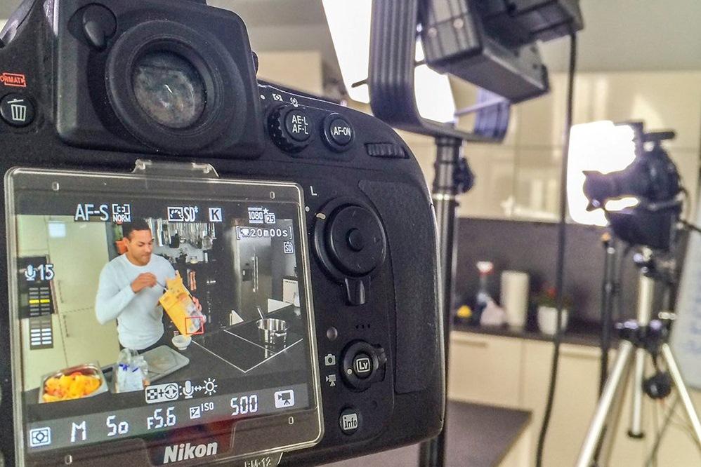 Klare Rollenverteilung: Alexander Fasanya vor und Sebastian Schollmeyer hinter der Kamera von Just Cook it! Foto: Sebastian Schollmeyer