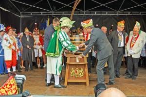 Der Prinz beim Fassanstich: Gemeinsam mit Oberbürgermeister Markurth sticht er den Prinzensud an. Foto: Komitee Braunschweiger Karneval