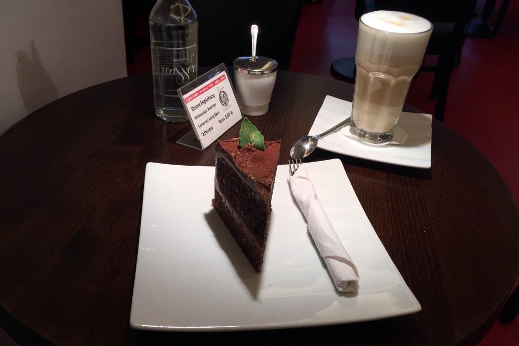 Süße Sünde am Nachmittag: ein Stück Mumme-Schokoladentorte und dazu ein Glas Latte Macchiato.