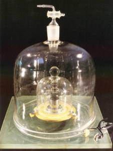 """Der internationale Kilgoramm-Protoyp (das """"Urkilogramm""""), aufbewahrt unter drei Glasglocken im Internationalen Büro für Maß und Gewicht (BIPM) in Sèvres bei Paris. Foto: PTB/BIPM"""