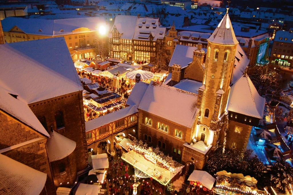 Weihnachtsmarkt von oben. Mit Schnee sieht der Markt aus wie gemalt.