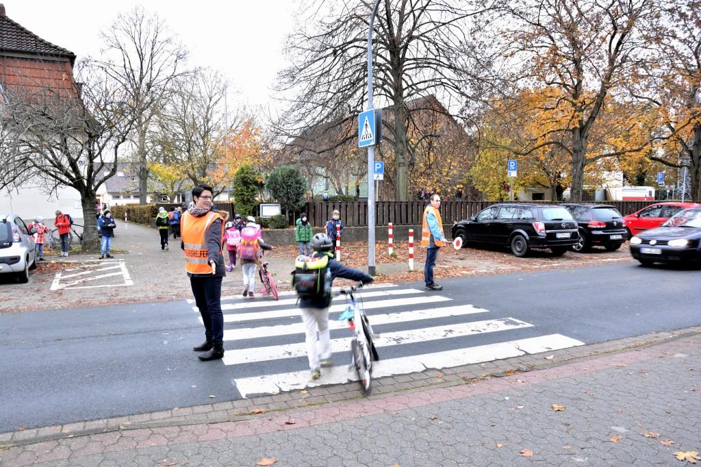 Das Auto muss halten, wenn Maren Westmattelmann und Erik Schurbohm auf der Straße stehen. Foto: BSM