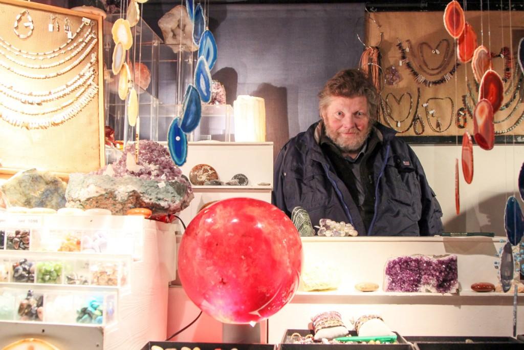 Ansgar Ottmar produziert im Sommer die Waren für den nächsten Weihnachtsmarkt. Foto: Stephen Dietl