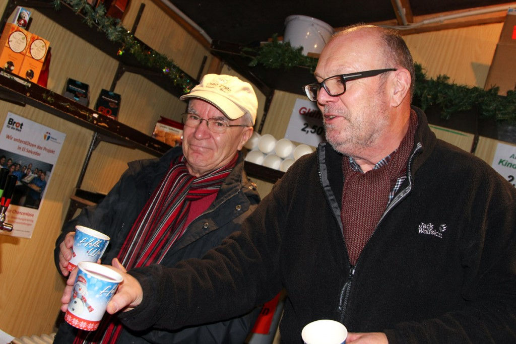 Bernd Lohr, rechts, und sein Kollege Herr Ahlgrimm im Brot für die Welt-Stand. Foto: Stephen Dietl