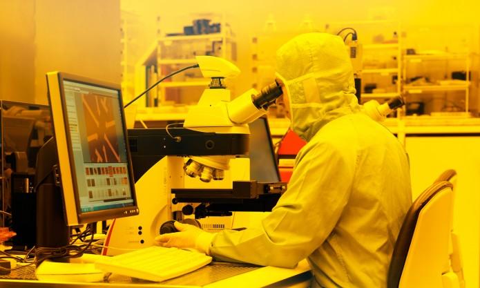 """Im Reinraumzentrum der PTB wird die """"Einzelelektronen-Pumpe"""" hergestellt. Foto: PTB"""