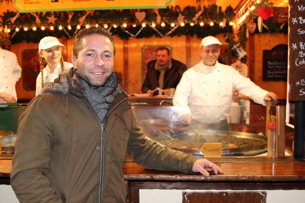 Herr Weber ist auch im Sommer auf Volksfesten unterwegs. Der Braunkohl schmeckt auf dem Weihnachtsmarkt aber am besten. Foto: Stephen Dietl