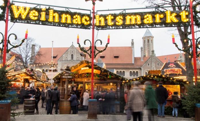 Der Braunschweiger Weihnachtsmarkt. Im Hintergrund sieht man die Burg Dankwarderode. Foto: BSM