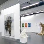 Die eigens für die Ausstellung gezimmerten Holzwände lassen die Exponate ihre vollständige Wirkung entfalten. Foto: Stephen Dietl