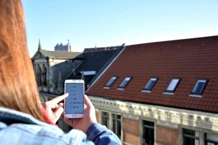 Mit einem Handy über den Dächern Braunschweigs. Foto: BSM