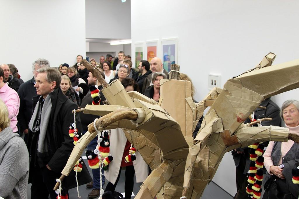 Neugierig auf Kunst aus Braunschweig - bei der Vernissage vom Artcore e.V. herrschte großer Andrang. Foto: Roberta Bergmann