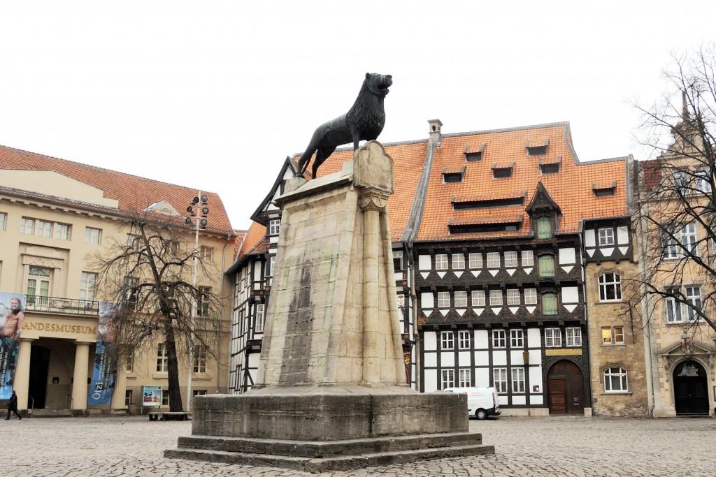 Der Braunschweiger Löwe ist seit 1166 auf dem Burgplatz und wacht über die Burg Dankwarderode. Foto: Braunschweig Stadtmarketing GmbH