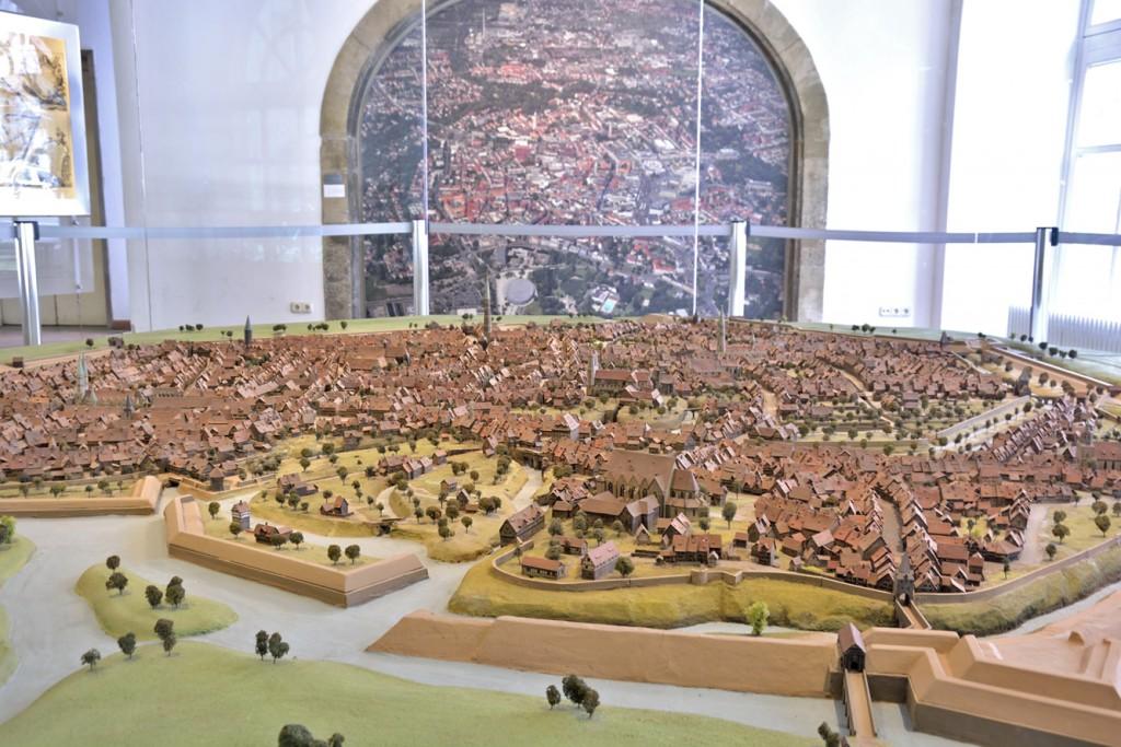 Im Foyer des Altstadtrathauses steht ein 16 Quadratmeter großes Modell, das die Braunschweiger Innenstadt mit ihren Weichbilden im Jahre 1671 zeigt. Foto: BSM
