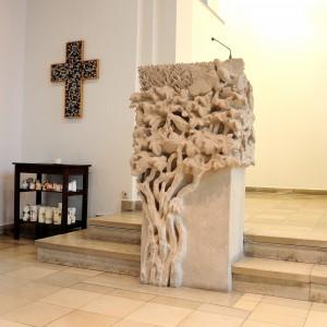 Aufwendige Verzierungen wie ein Baum und zwei Tauben schmücken den Ambo in der Bugenhagen-Kirche. Foto: BSM