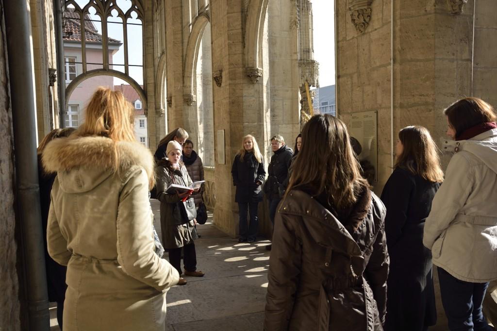Auf dem Balkon des Altstadtrathauses nehmen wir die Perspektive Bugenhagens ein und stellen uns die Menschenmenge auf dem Altstadtmarkt vor. Foto: BSM