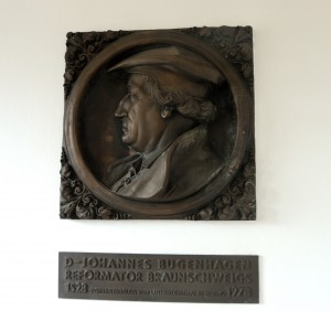 Das Denkmal mit dem Antlitz von Bugenhagen erinnert an den berühmten Reformator. Foto: BSM
