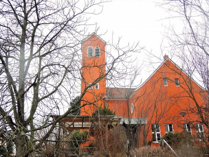 Der rote Anstrich der Bugenhagen-Kirche fällt sofort ins Auge.