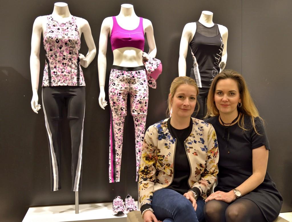 Carmen Dymanski, Abteilungsleiterin Dekoration, und Annekathrin Woytaszak, Abteilungsleiterin Verkauf, kümmern sich bei Peek & Cloppenburg um die Vorbereitungen der Modenschauen beim modeautofrühling. Foto: BSM