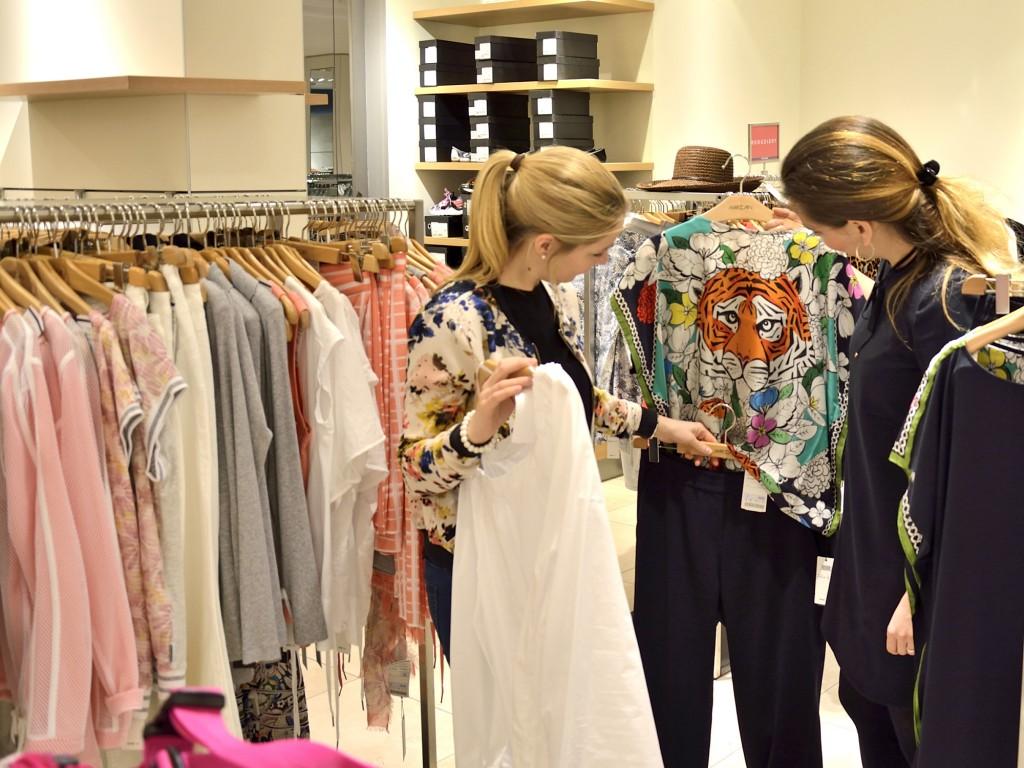 Die Auswahl ist groß: Die Outfits sollen stimmig sein und beim Publikum Lust auf Mode machen. Foto: BSM