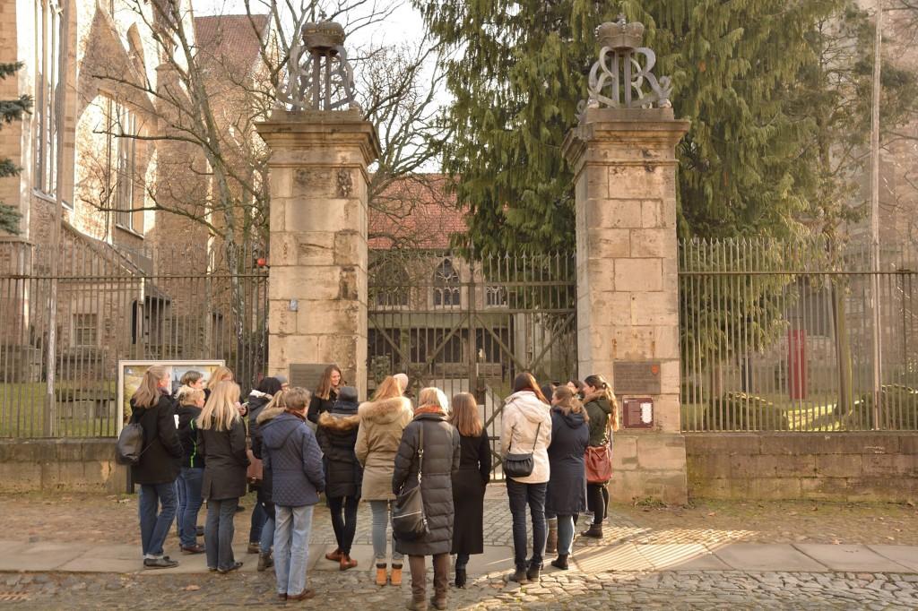 Eindrucksvolle Kulisse: Durch die großen Tore gelangt man in den Innenhof von St. Aegidien. Foto: BSM