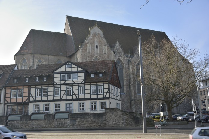 Wie ein großes Schiff thront die Aegidienkirche oberhalb der Auguststraße. Foto: BSM