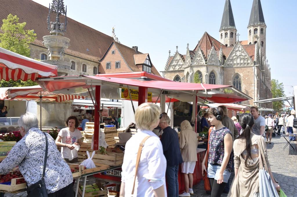 Frisches Gemüse und Obst aus der Region auf den Braunschweiger Wochenmärkte. Foto: BSM