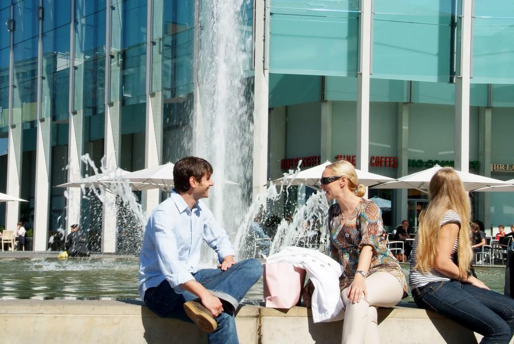 Auf den Sitzmöglichkeiten der Innenstadt kann man sich gemütlich niederlassen und die Sonne genießen. Foto: BSM/Sascha Gramann