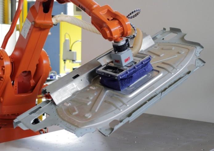 FORMHAND Greifer in Aktion: Die Technologie ermöglicht die einfachere Handhabung von Blechbauteilen im Produktionsprozess. Foto: FORMHAND