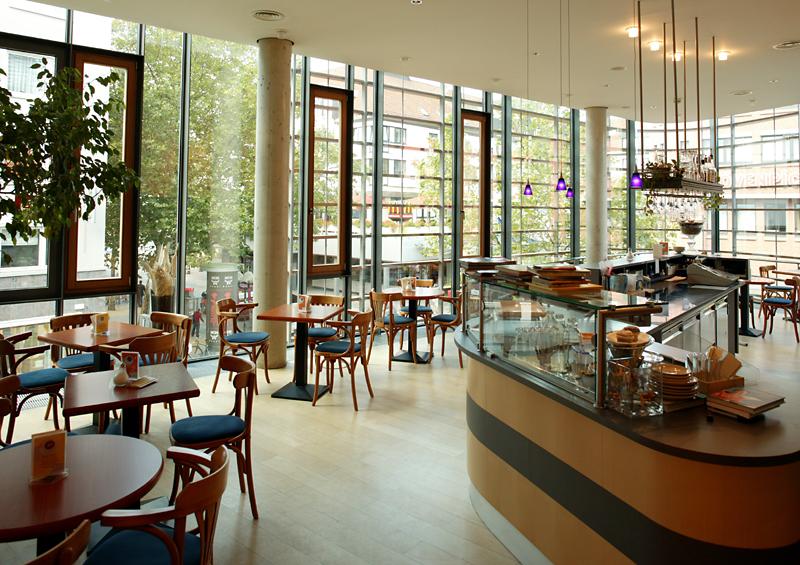 Im Cafe lit lässt es sich bei leckerem Kaffee gut schmökern. Foto: Buchhandlung Graff