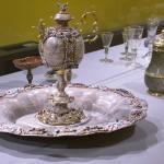 Besucher können die prächtig verzierten Gefäße und Teller einer barocken Tafel anschauen. Foto: BSM