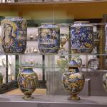 Kunstvoll bemalte Vasen ziehen die Blicke auf sich. Foto: BSM