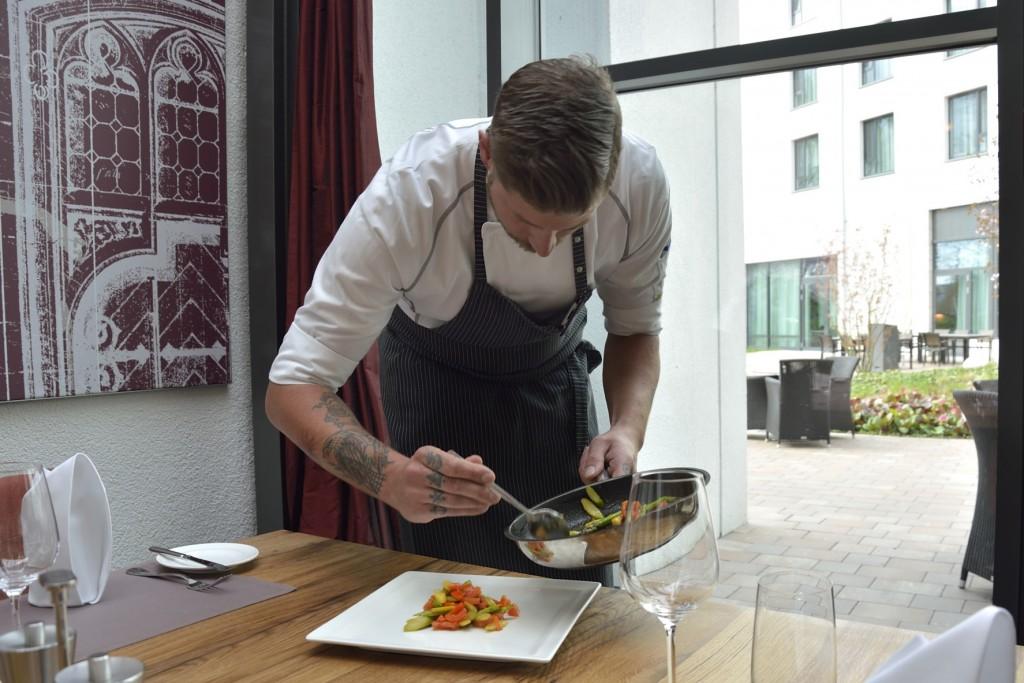 Auch das Anrichten ist in der Küche des Steigenberger Hotels große Kunst. Foto: BSM