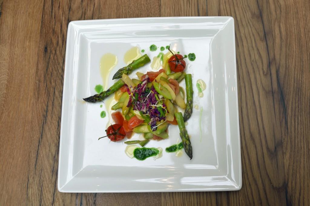 Lauwarmer Spargelsalat mit grünem Spargel und Kirschtomaten. Foto: BSM