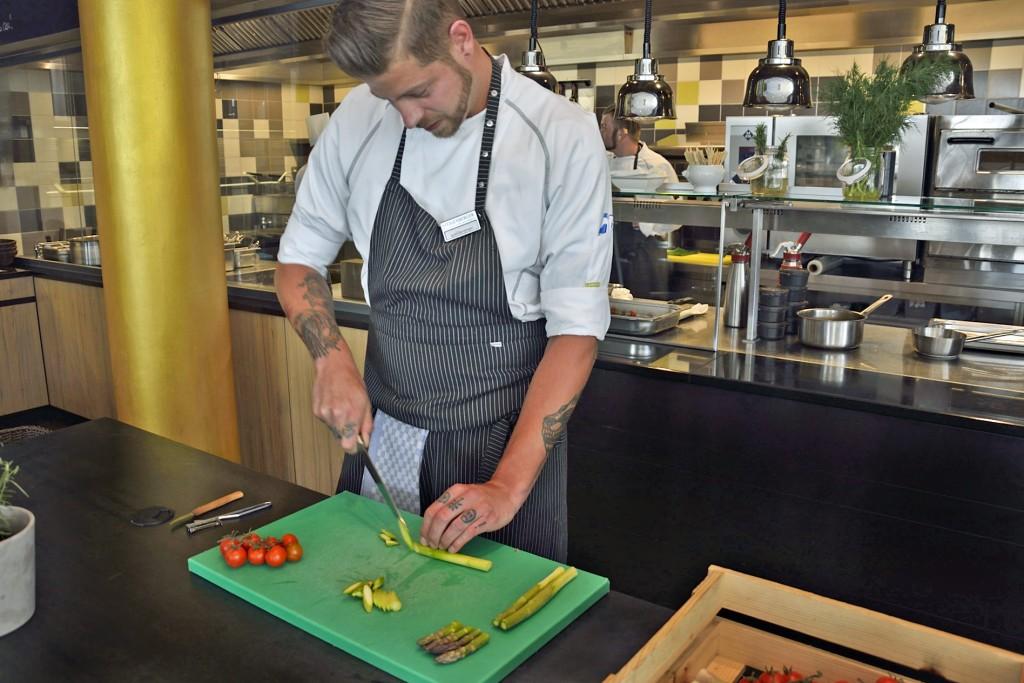 Das grüne Schneidebrett steht in der Küche übrigens für Gemüse. Auf gelben wird Fisch zubereitet, auf roten Fleisch. So wird kein Gericht verunreinigt. Foto: BSM